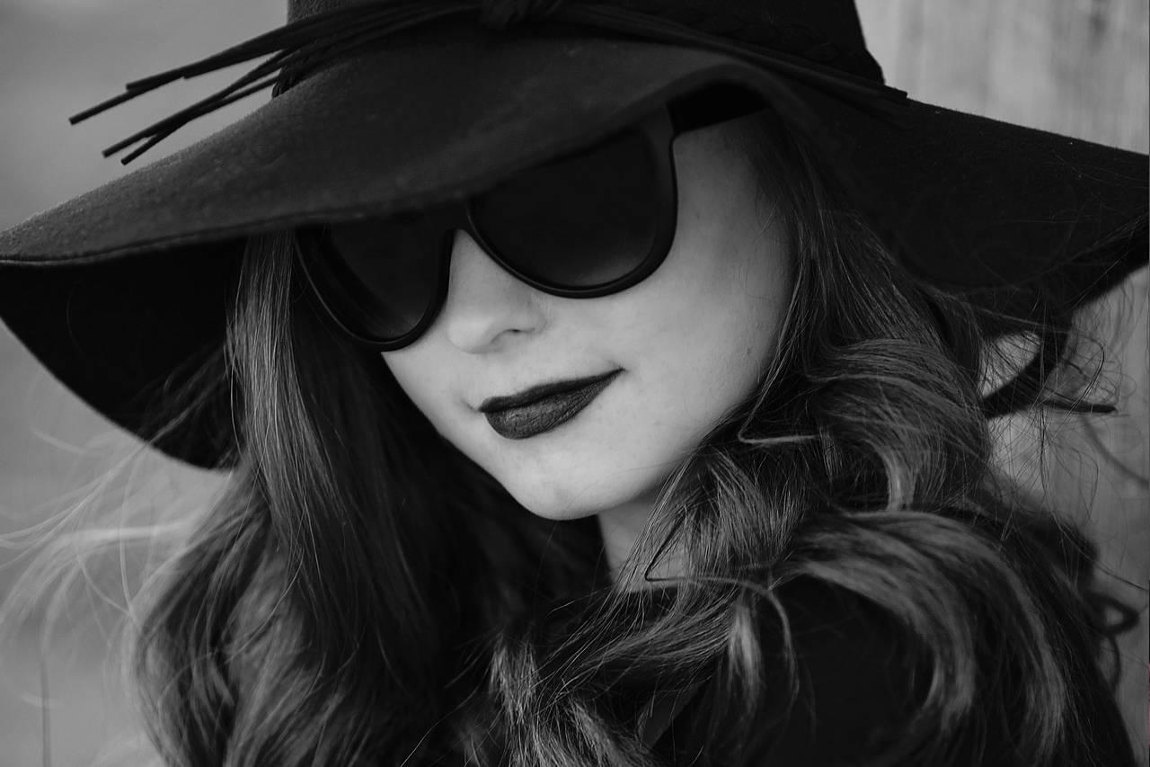 Female-Sunglasses-Model-Black-and-White-1280x853