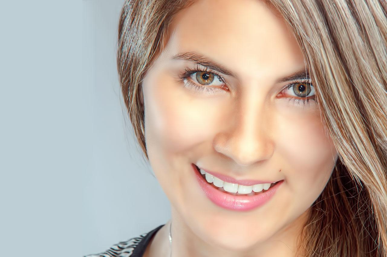 Woman-Smiling-Pretty-Eyes-1280x853