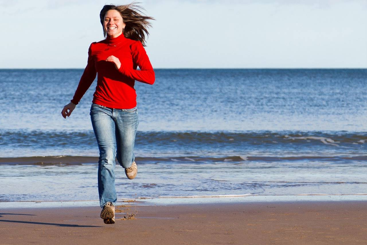 beacf autumn girl running with red turtleneck