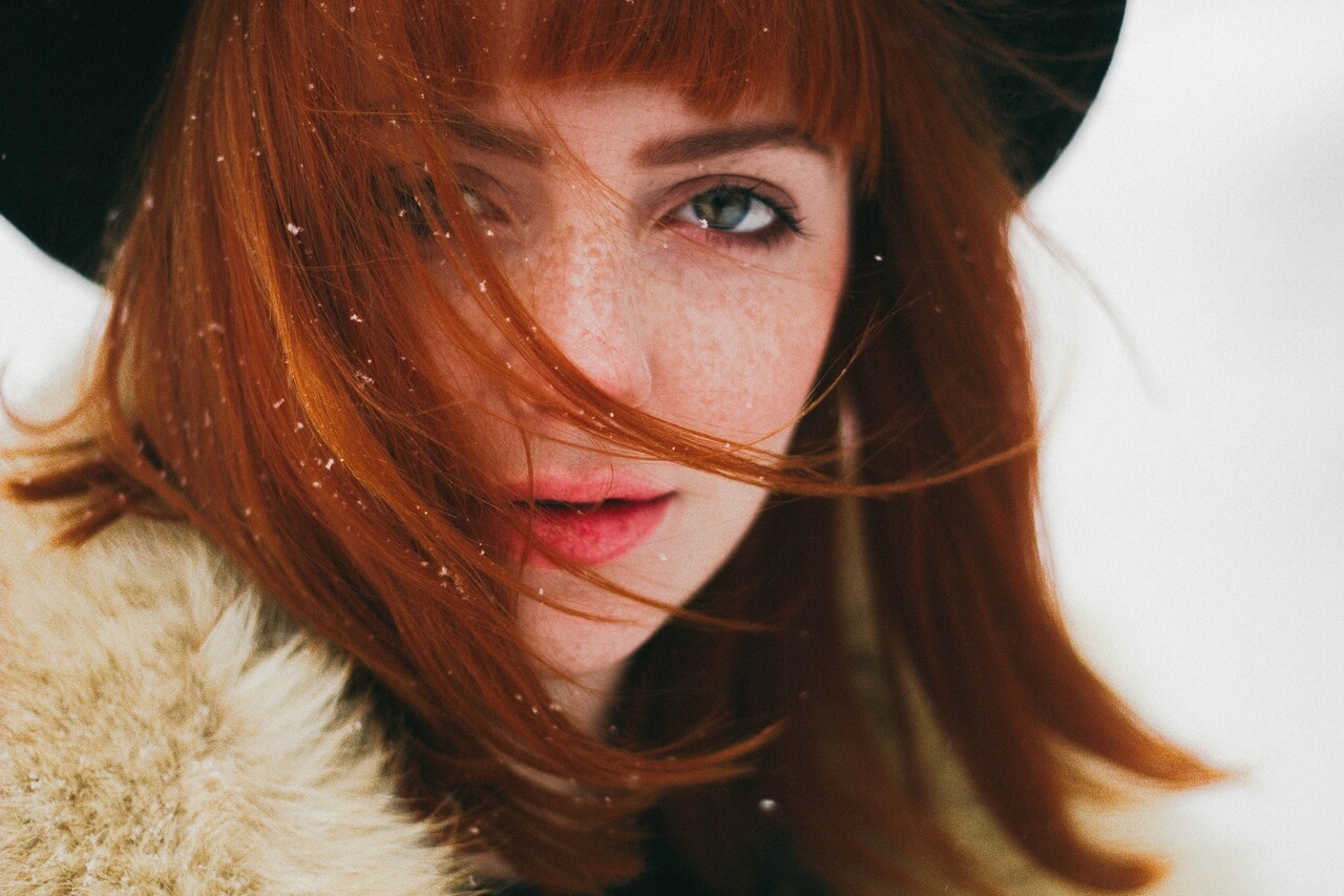 woman red hair_hat_1280x853