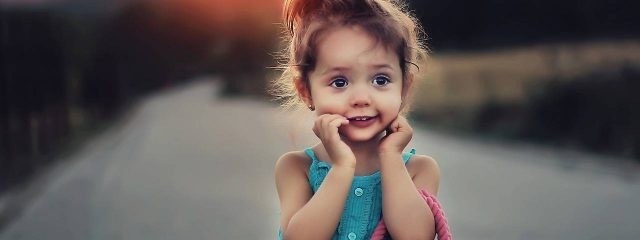 Cute Child With Handbag 1280x480 640x240