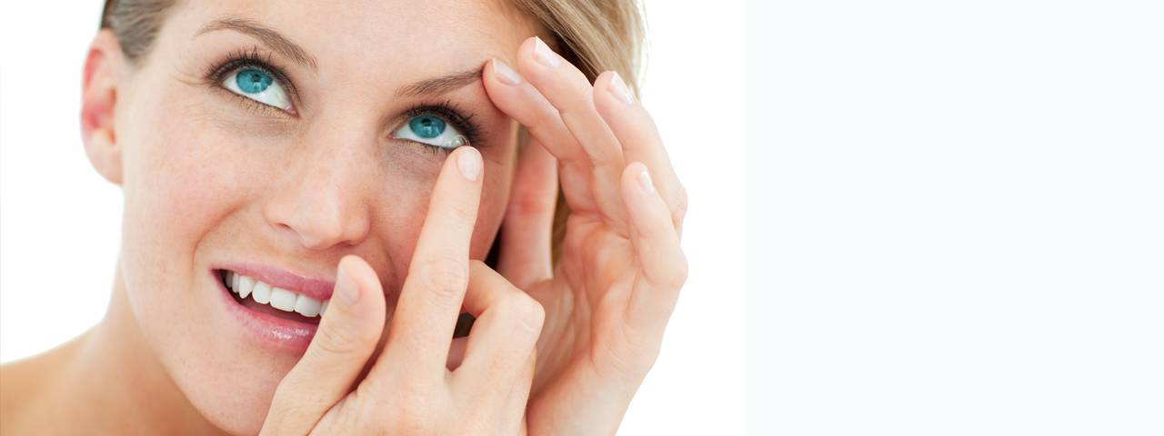 blond using disposable contact lenses