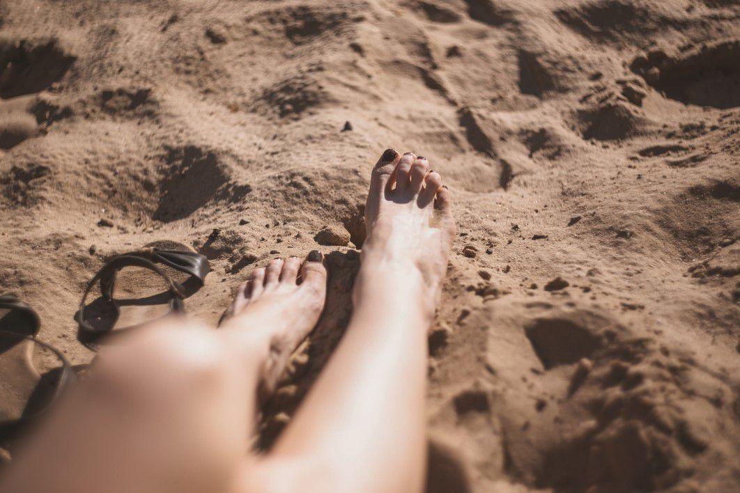 negative-space-feet-sand-beach-footprint-thumb-1