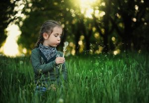 girl blowing dandelion_1280x853 300x207