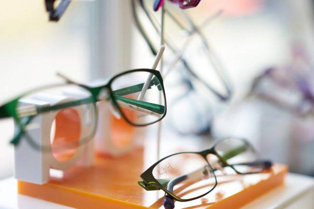 glasses display blurred 1280×853