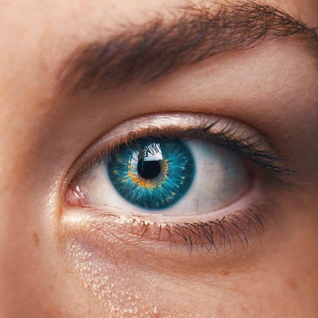 green eye close up 640