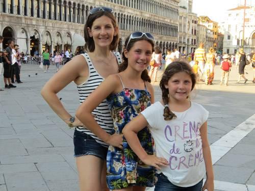 mom-daughters-european-street