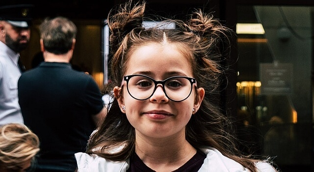girl glasses city 640×350