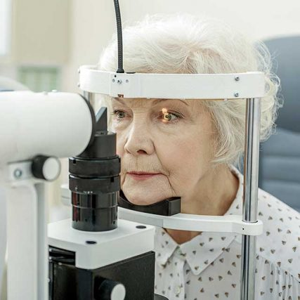senior woman eye exam 640