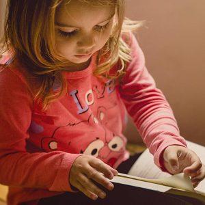 girl pink reading 640