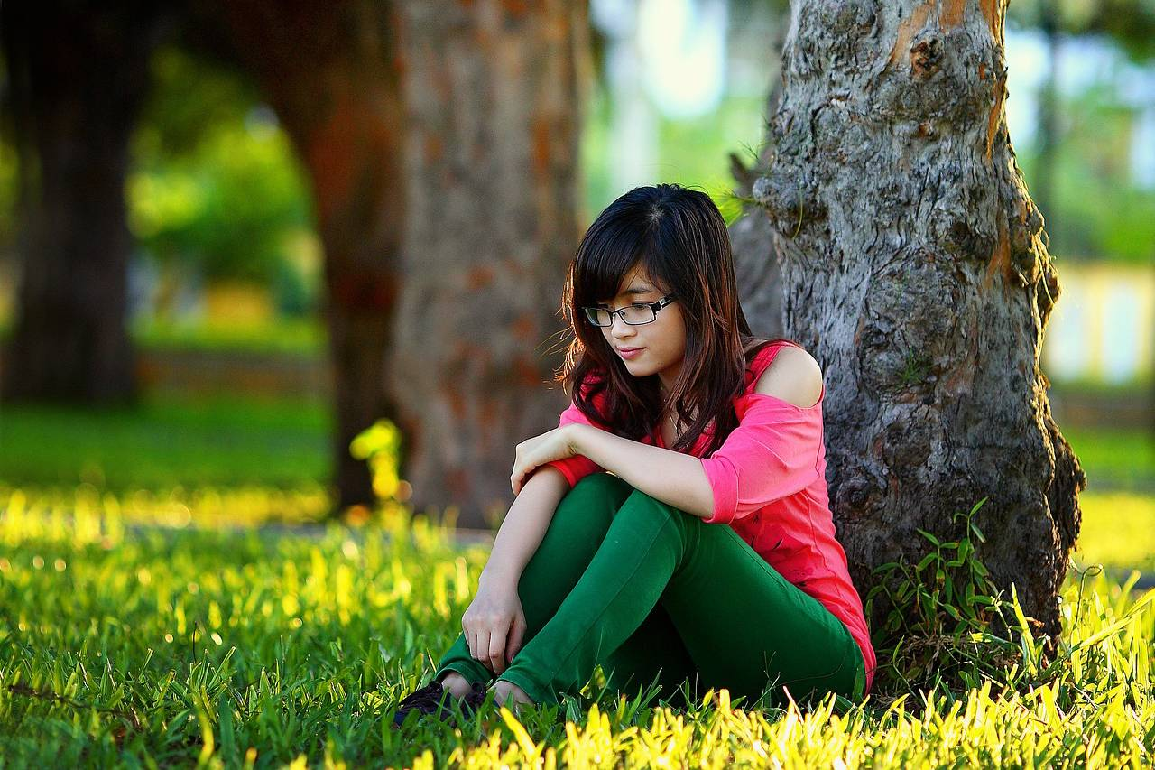 girl_glasses_sitting_tree