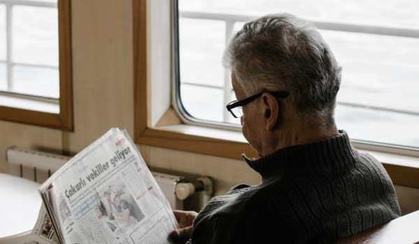 man reading a newspaper 3393375