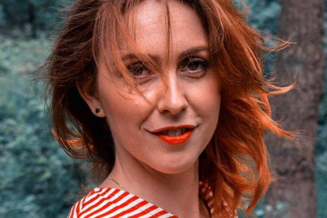 red_head_woman_striped_shirt 640x427