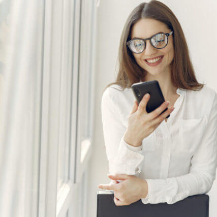 smilimg-woman-using-smartphone-640-427x427