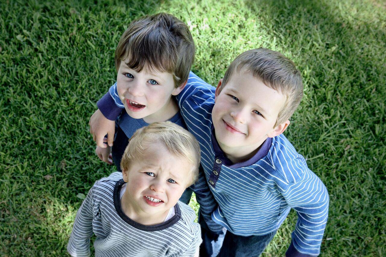 3 children squinting