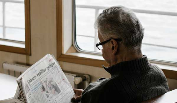 man reading a newspaper 3393375