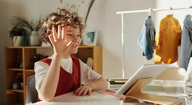 kid with tablet 640