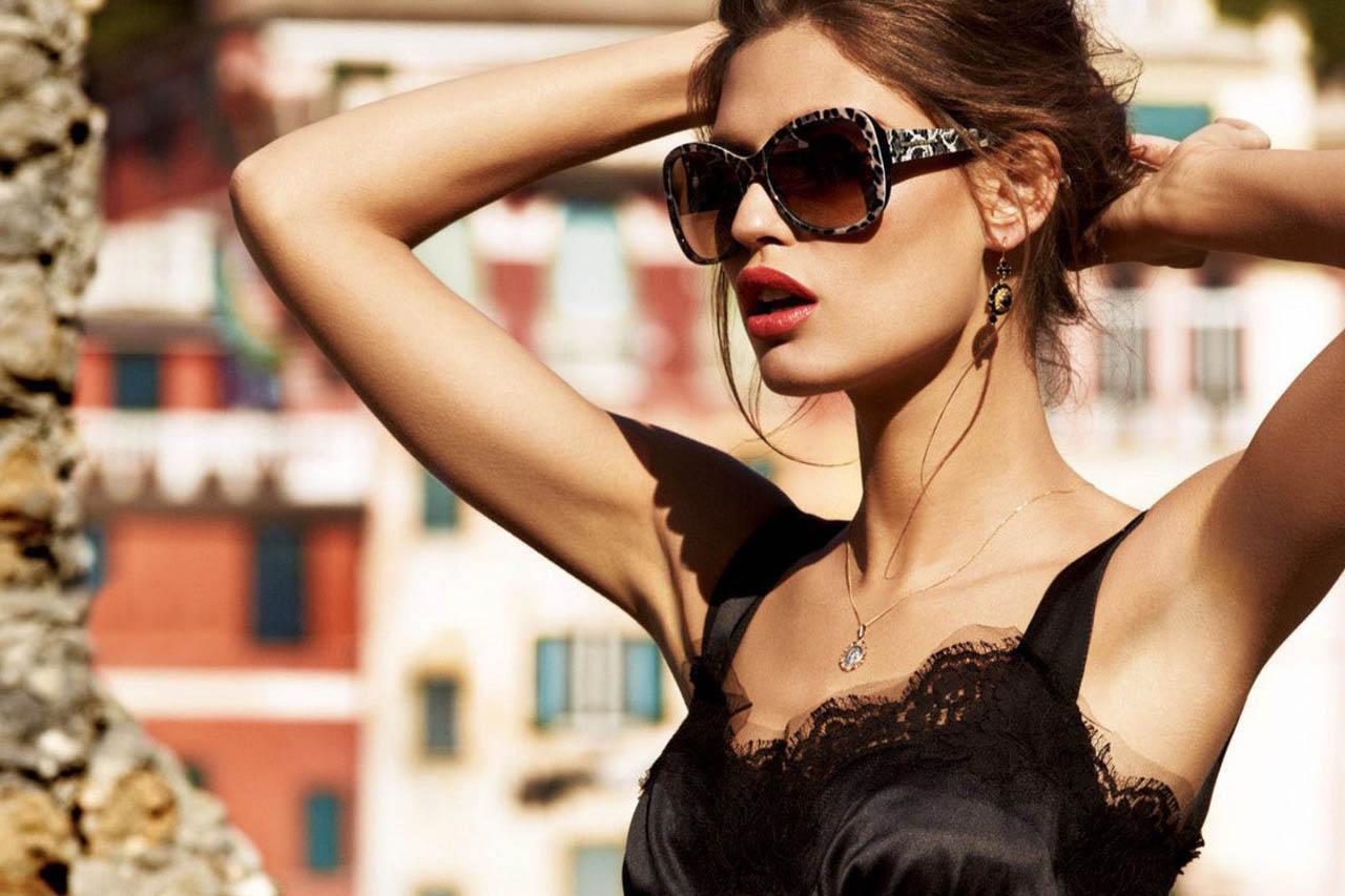 Woman wearing fashionable sunglasses