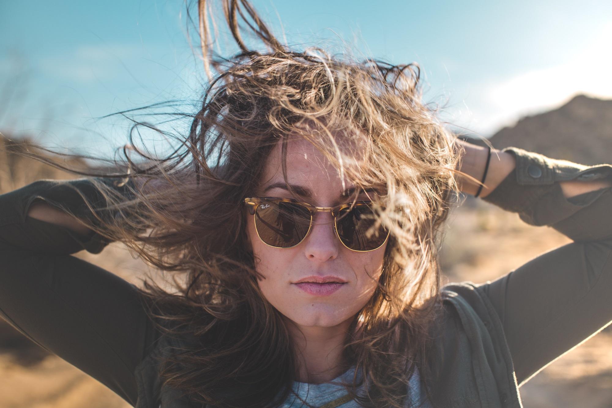 woman raybans windy