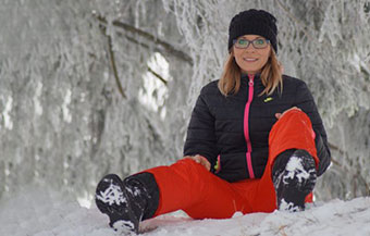 thumbnail-Woman-with-glasses-sitting-in-snow-1280x853-640x427