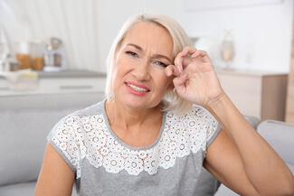 woman suffering from dry eyes 325