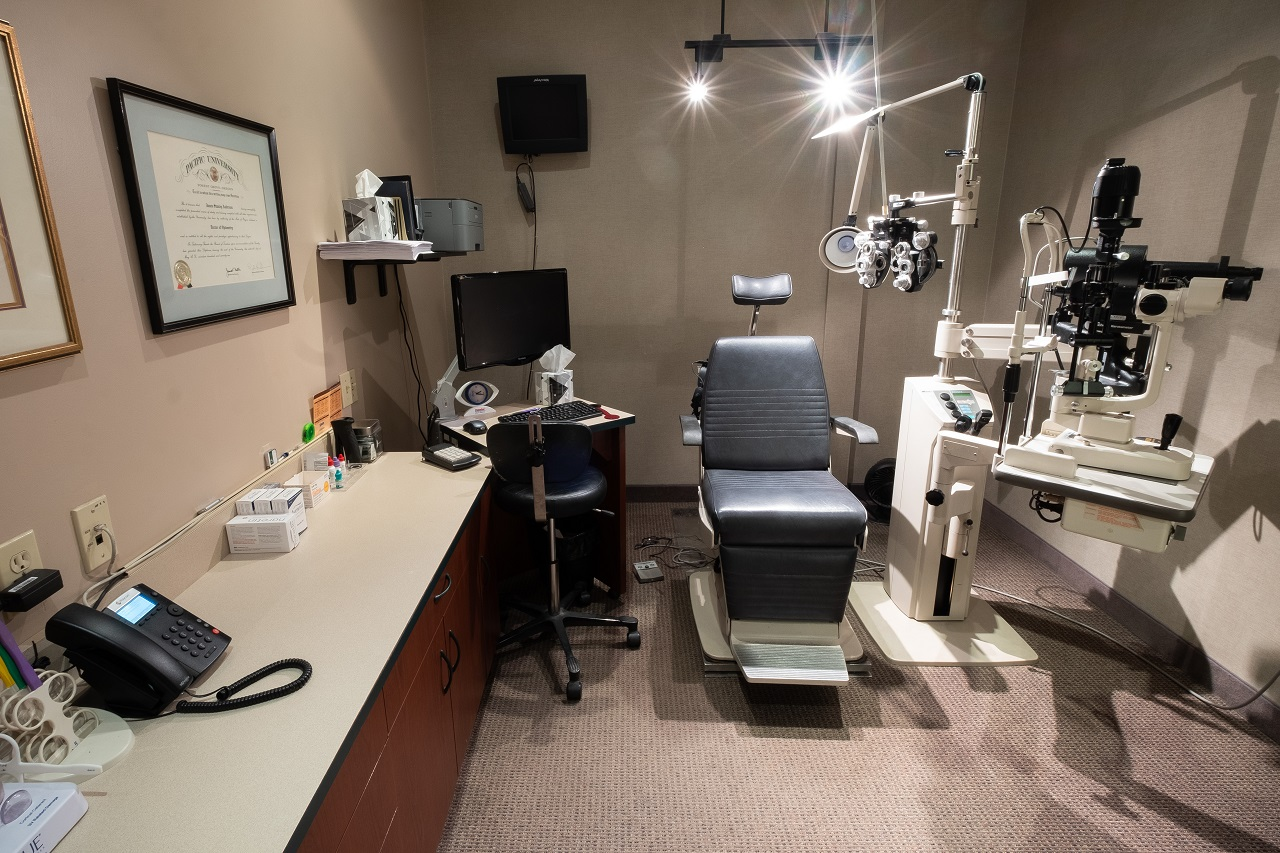 Family Eye Clinics Eden Prairie eye exam room