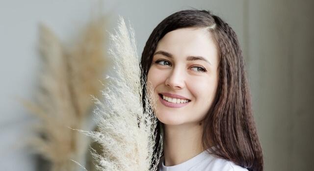brunette girl smiling 640