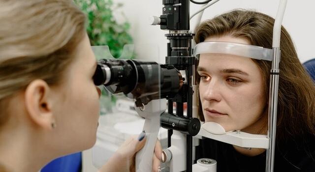 girl at an eye exam 640