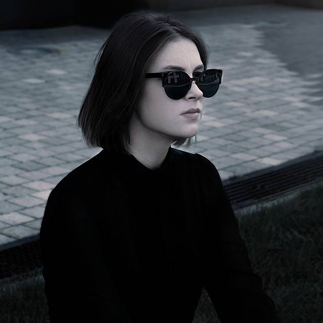 dark beauty sunglasses 640.jpg