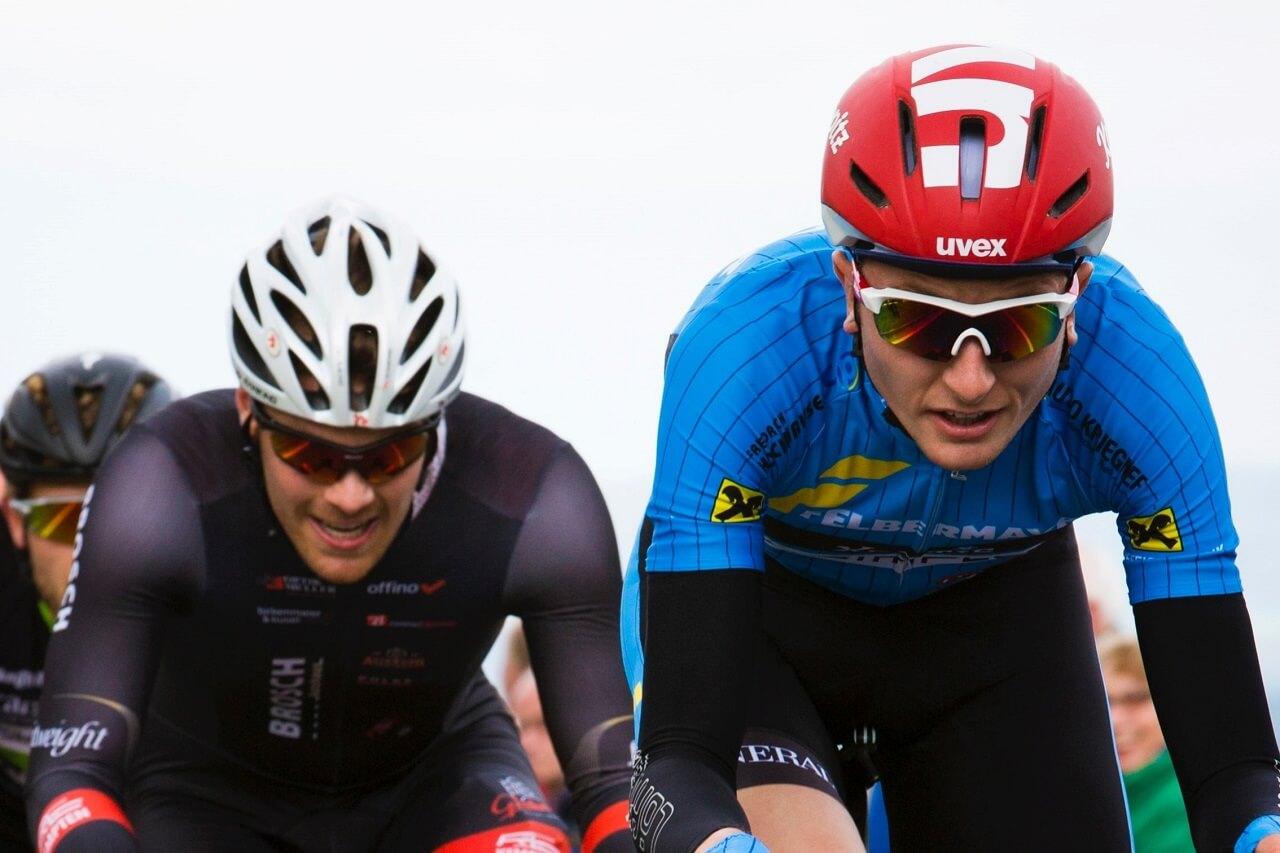 3 pro cyclists race