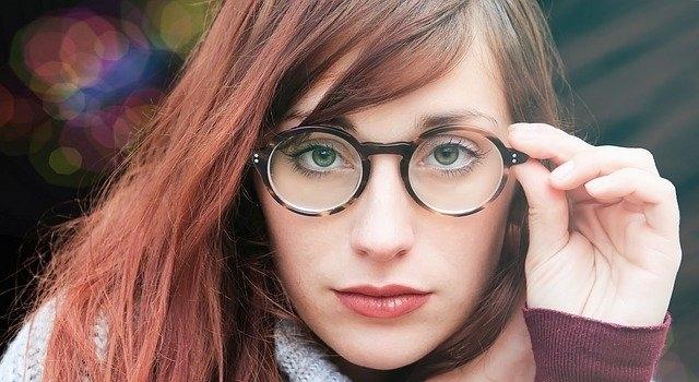 woman wearing roud glasses 640.jpg