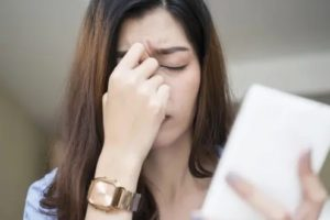 women pain behind eye