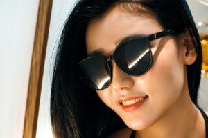 pretty girl blk sunglasses