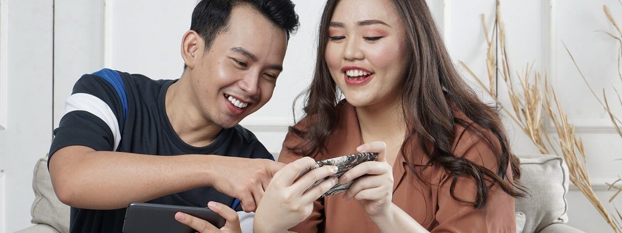 couple on mobile phones