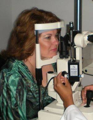 Dr Kimberly Johnson Ragan providing an eye exam to a resident from Canton, MS
