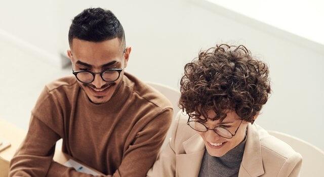 people-at-a-meeting-wearing-eyeglasses-640
