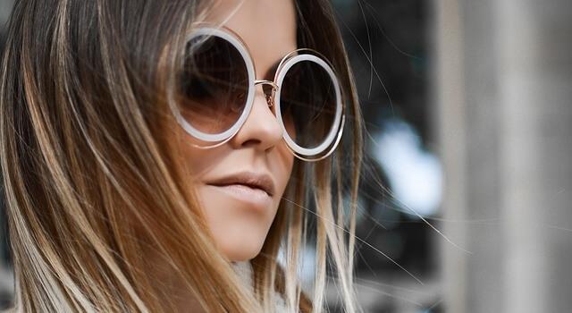 woman-wearing-roun-sunglasses-640