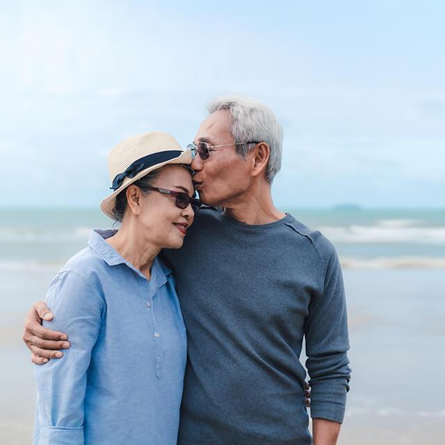 beach kiss candid sunglasses senior couple 1off 640 (1)