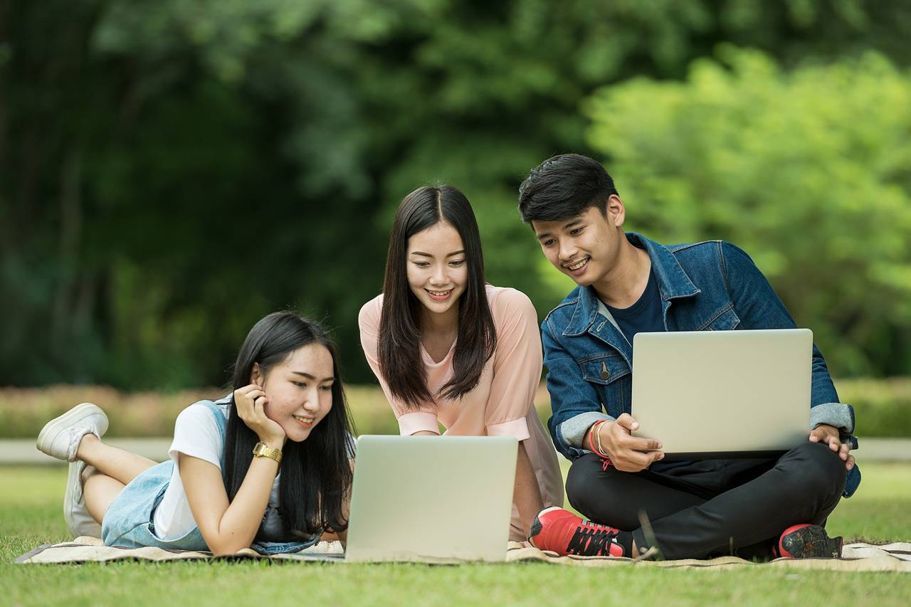 Students Outdoors Laptops 1280×853