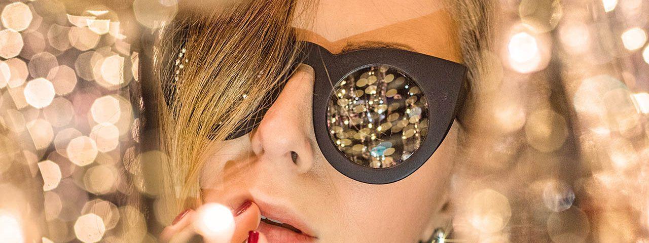 gold reflections woman sunglasses_1280x853 1280x480