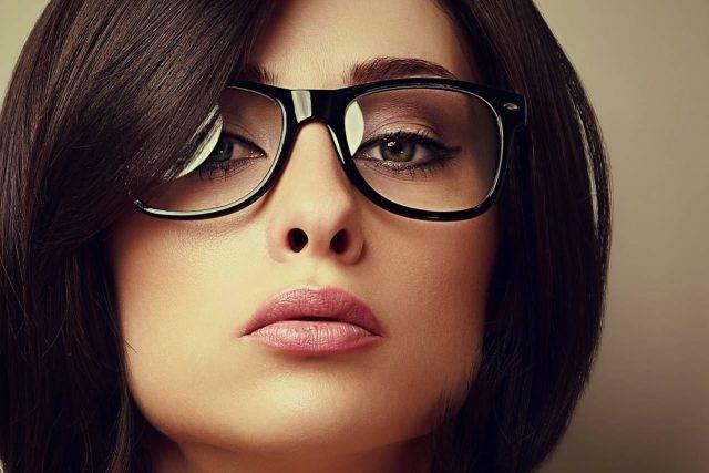 glasses fashionista lady dark hair 640x427