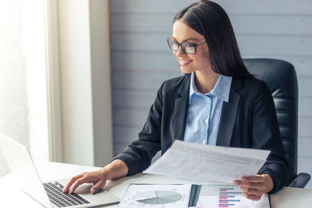 Business Woman wearing glasses 1280x853 640x427