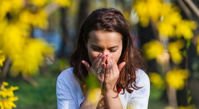 woman suffering from allergies 640