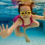 sports swimming girl underwater goggles 1280×853