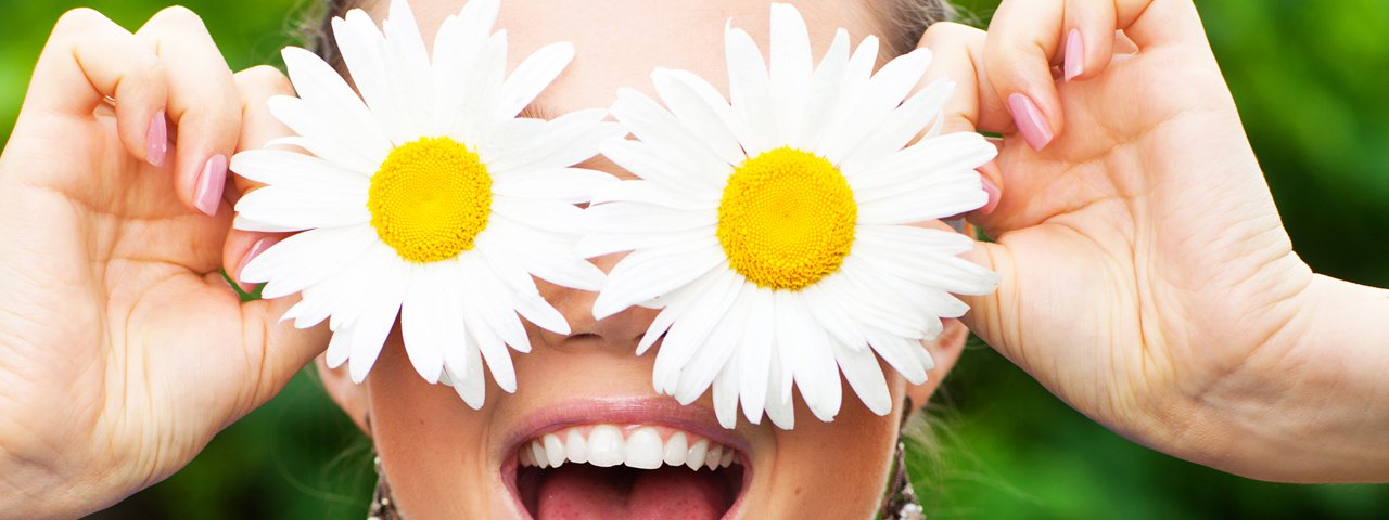 contacts-woman-daisy-fresh-eyes-1280x480jpg